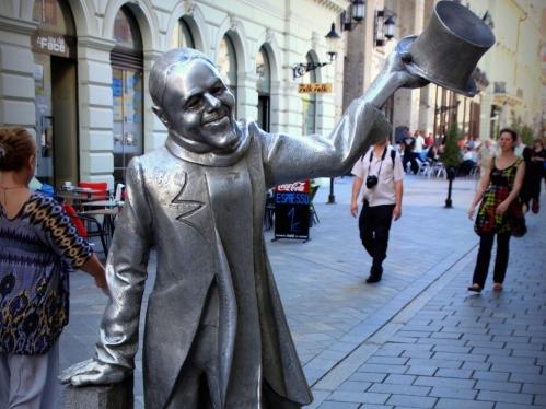 statue-schone-nazi-bratislava-jpg-41411296490.jpg